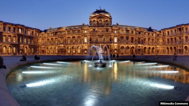 Muzej Louvre noću