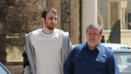 Жалауди Гериев после освобождения из колонии в Чернокозово (Чечня) вместе со своим адвокатом Алауди Мусаевым