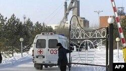 Машина скорой помощи у въезда на территорию шахты.