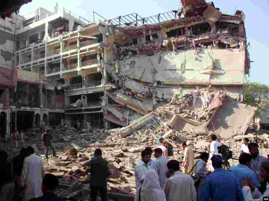 Мощный взрыв произошел у пятизвездочной гостиницы в городе Пешавар в Пакистане. Погибли более 10 человек (AFP)