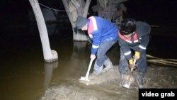 Жители села Ботабай Шиелийского района Кызылординской области предпринимают усилия против подтопления в ночь на 27 декабря 2014 года.