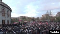 Митинг оппозиции на площади Свободы, Ереван, 8 апреля 2011 г.