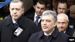 Թուրքիայի նախագահ Աբդուլա Գյուլը եւ վարչապետ Ռեջեփ Էրդողանը Հյուսիսային Կիպրոսի ինքնահռչակ հանրապետության նախկին ղեկավար Ռաուֆ Դենքթաշի հուղարկավորության ժամանակ, Նիկոսիա, հունվար, 2012թ.
