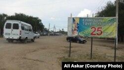 Баннер с надписью: «Независимости нашего государства — 25 лет«. Село Шубарши Актюбинской области. 23 июня 2016 года.