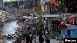 Egjipt - Kalimtarët shikojnë dëmet e shkaktuara nga shpërthimi që ngjau në afërsi të stacionit policor në Mansour, 24 dhjetor, 2013