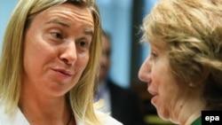 Федерика Могерини (слева) и Кэтрин Эштон, которую она сменит в должности шефа дипломатии ЕС