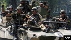 Украинские солдаты патрулируют местность в Донецкой области. 14 августа 2014 года.