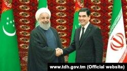 Иран президенті Хасан Роухани (сол жақта) мен Түркіменстан президенті Гурбангулы Бердімұхамедов
