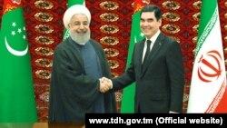 Президент Туркменистана Гурбангулы Бердымухамедов (слева) приветствует президента Ирана Хасана Роухани (справа).