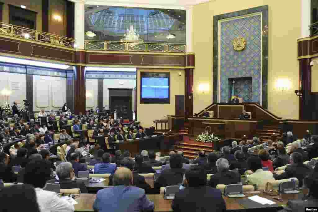 23 мая сенат парламента Казахстана во втором чтении одобрил законопроект «О пенсионном обеспечении в Республике Казахстан». Он предусматривает увеличение пенсионного возраста женщин до 63 лет и создание единого государственного накопительного пенсионного фонда.