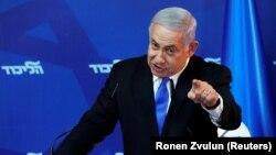 Крім того, ізраїльський прем'єр розпорядився, щоб війська навколо Смуги Гази були посилені танками, артилерією та піхотними силами