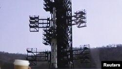 Солтүстік Кореяның ұшыруға дайындап қойған спутник тасымалдайтын зымыраны. Пхеньян, 13 сәуір 2012 жыл.