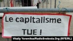 """Naprotiv, ta zakasnela poslednja revolucija moderne samo je do krajnjih konsekvencija dovela transparentnost materijalističke prirode neoliberalnoga kapitalizma"", kaže Papić (na fotografiji natpis 'Kapitalizam - ubica')"