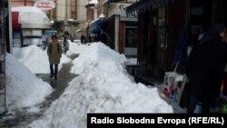Чаршијата во Битола затрупана со снег.