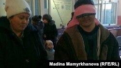 Исраил Азнабкиев, житель села Атамекен Мангистауской области, с женой проводит акцию протеста на железнодорожном вокзале в Астане. 1 февраля 2012 года.