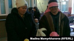Исраил Азнабкиев с семьей на железнодорожном вокзале в Астане. 1 февраля 2012 года.