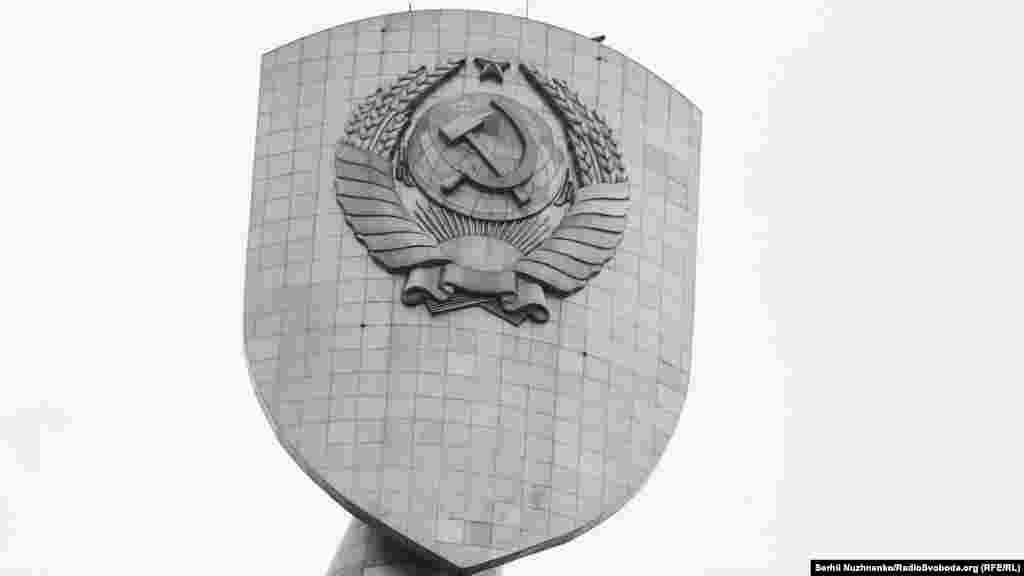 Металлический каркас изготовлен из стали, выплавленной в Запорожье. За время монтажа на скульптуру было наложено 30 километров сварных швов