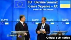 Петро Порошенко (л) і Дональд Туск (п) на саміті Україна – ЄС у Брюсселі 24 листопада 2016 року