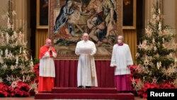 پاپ فرانسیس (وسط) در واتیکان
