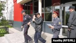 Рафиса Кашапова выводят из здания суда в Набережных Челнах