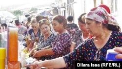 Өзбекстаннан Қазақстанға өтіп сауда жасап жатқан адамдар.