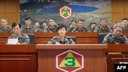 Оңтүстік Корея президенті Пак Кын Хенің ел оңтүстігіндегі әскери штабқа келген сәті. 21 тамыз 2015 жыл.