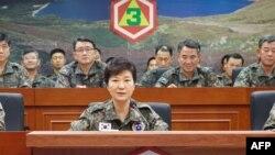Президент Южной Кореи Пак Кын Хе на днях посетила штаб Третьей армии, дислоцированной к югу от Сеула