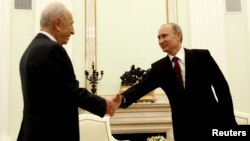 Russian President Vladimir Putin (right) greets Shimon Peres at the Kremlin in Moscow.