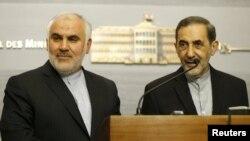 محمد فتحعلی (سمت چپ تصویر)، سفیر ایران در لبنان به همراه علی اکبر ولایتی، مشاور رهبر جمهوری اسلامی