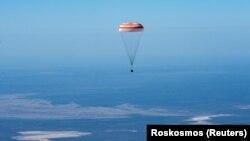 Капсула з космонавтами, які повертаються з МКС, над Казахстаном, 17 квітня 2020 року