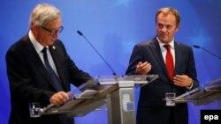 Եվրահանձնաժողովի նախագահ Ժան-Կլոդ Յունկերը (ձախից) և Եվրամիության խորհրդի նախագահ Դոնալդ Տուսկը Եվրամիության արտահերթ գագաթնաժողովին հաջորդած ճեպազրույցի ժամանակ, Բրյուսել, 24-ը սեպտեմբերի, 2015թ․