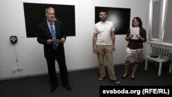 Майкл Скэнлан (зьлева) адкрывае куток амэрыканскай фатаграфіі.