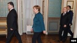 Слева направо: президент Украины Петр Порошенко, канцлер Германии Ангела Меркель, президент России Владимир Путин и премьер-министр Италии Маттео Ренци. Милан, 17 октября 2014 года.