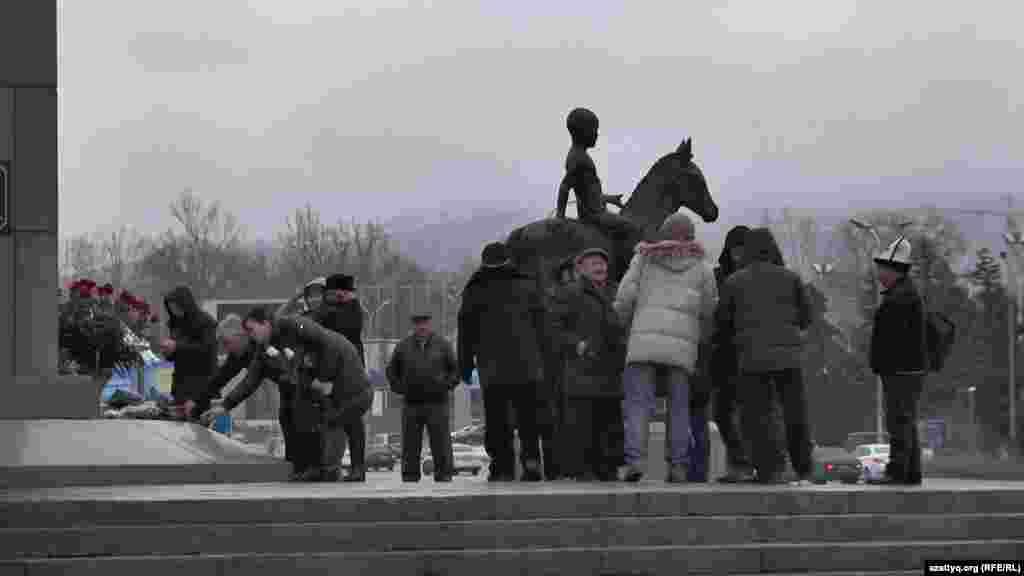 Группа гражданских активистов в это время проводила церемонию возложения цветов к Монументу Независимости по соседству, на площади Республики. Они провели эту церемонию в память о жертвах Декабрьских событий 1986 года и Жанаозенских событий 2011 года.