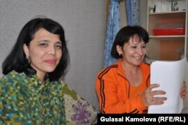 TV journalists Saodat Omonova (left) and Malohat Eshonqulova in Tashkent in April 2011