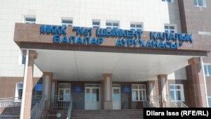 Городская детская больница № 1 в Шымкенте, куда доставляют найденных без присмотра родителей детей. Шымкент, 9 апреля 2015 года.