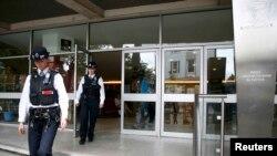 """Полицейские покидают здание Польской культурной ассоциации после того, как на него было нанесено граффити с призывом к полякам """"убираться из Британии"""""""