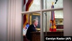 Дональд Трамп Ақ үйдегі Овал офисінде, 8 қаңтар, 2019 жыл