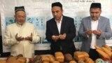 """O'zbekiston muftiysi Usmonxon Alimov """"Vaqf"""" fondi non sexiga duo bermoqda. (Muftiyat saytidan olingan foto)"""