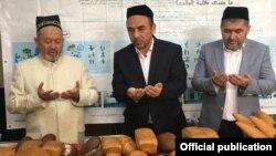 Муфтий Узбекистана Усманхан Алимов на открытии цеха по производству хлеба и хлебобулочных изделий фонда «Вакф». Фото взято с сайта муфтията.