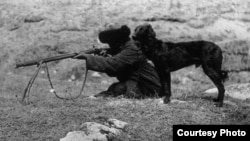 Быйыл Кыргызстанда 1916-жылдагы боштондук көтөрүлүшүнүн жана Улуу Үркүндүн 100 жылдыгы белгиленүүдө. Сүрөттө: кыргыз аңчы.