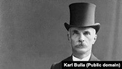 Karl Bulla s-a născut în 1855 în Glubczyce de astăzi, sudul Poloniei. La vremea respectivă, orașul se afla în Prusia - o națiune de limbă germană.