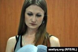 Журналистка знакомится с проектом кодекса этики журналистов во время обсуждения документа в Национальном пресс-клубе. Алматы, 23 августа 2012 года.