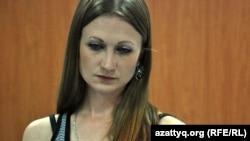 Кодексті оқып отырған журналист. Алматы, 23 тамыз 2012 жыл.