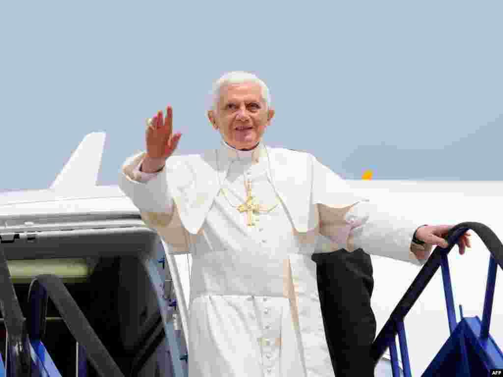Papa na zagrebačkom aerodromu, 4. lipanj 2011. AFP / VINCENZO PINTO