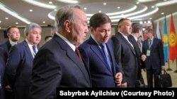 Премьер-министр Кыргызстана Сапар Исаков (справа) и президент Казахстана Нурсултан Назарбаев. Сочи, 11 октября 2017 года.