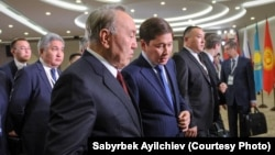 Kyrgyz Prime Minister Sapar Isakov (right) talks with Kazakh President Nursultan Nazarbaev in the Russian city of Sochi on October 11.