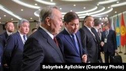 Президент Казахстана Нурсултан Назарбаев (на переднем плане) с премьер-министром Кыргызстана Сапаром Исаковым. Сочи, 11 октября 2017 года.