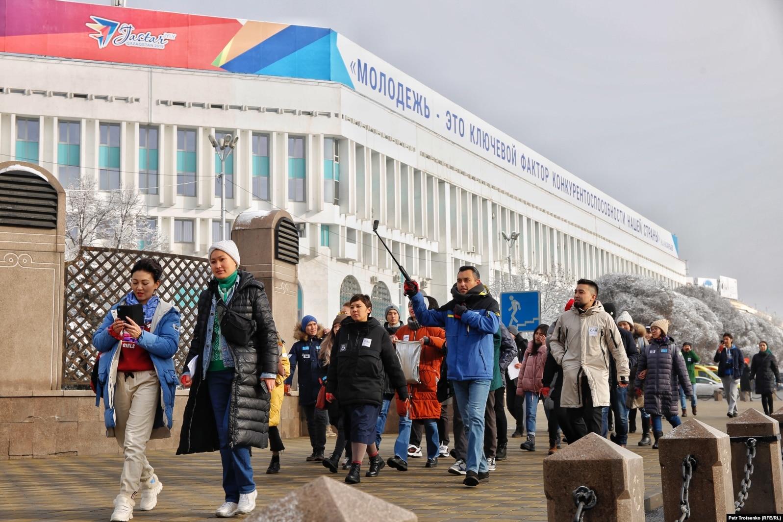 Активисты молодежного движения «Oyan, Qazaqstan» подходят к монументу Независимости. Алматы, 16 декабря 2019 года.