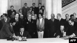 Liviyaın keçmiş lideri Muammar Qaddafi (ortada), Leonid Brezhnev, Moskva, 1976